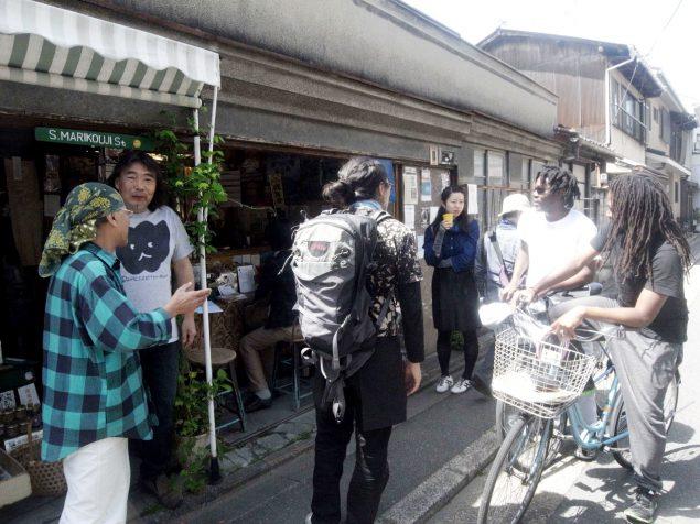 ボツワナとグラナダからの留学生に田植えの誘いをかける菜ッパさん。一年で日本語ペラペラの京大生たち。