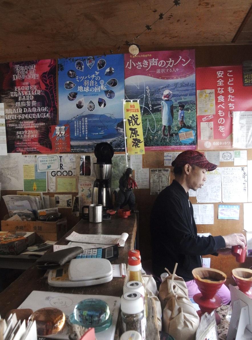 火曜はミイチョさんの軒先カフェの日。この美味なる珈琲を目当てにくるお客さんも多い。